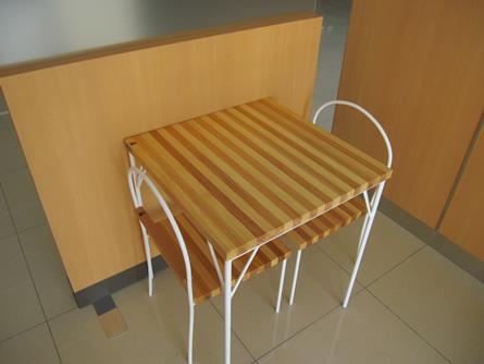 貢川店食品館の休憩コーナーに設置した、イス・テーブルです。