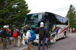 植林チームを乗せたバス到着