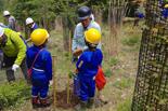 植林の方法を熱心に聞く小学生